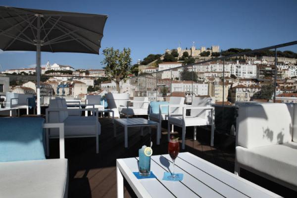 Dachterasse mit Blick auf Castelo de Sao Jorge in Lissabon