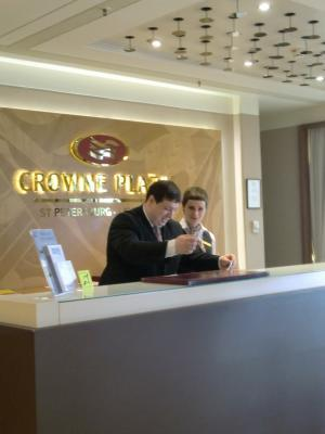 Rezeption im Hotel Crowne Plaza Ligovsky St. Petersburg