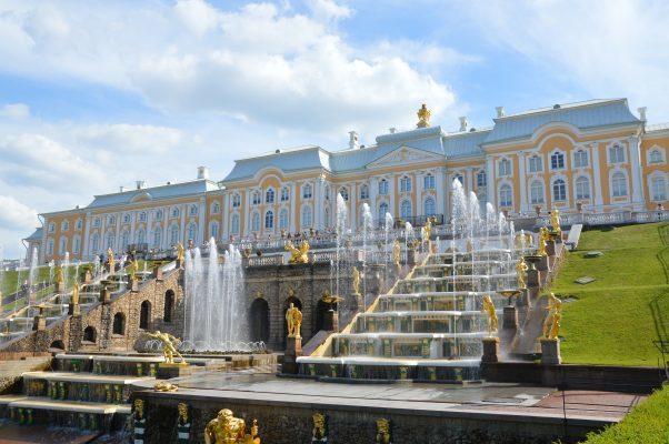 Der Große Palast und die Wasserspiele in Peterhof.