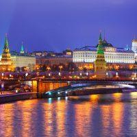 Moskauer Kreml mit dem Fluss Moskwa bei Nacht