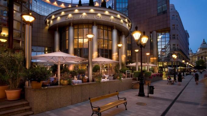 Eingang vom Kempinski Hotel Corvinus am Abend