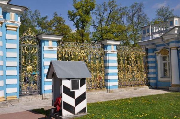 Am Katharinen-Palast im Zarendorf Puschkin
