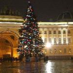 Auf dem Schlossplatz in St. Petersburg zur Weihnachtszeit