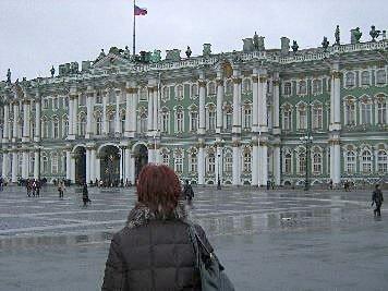 Unsere Kundin vor der Eremitage in St. Petersburg
