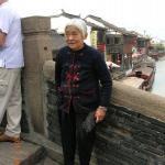 Ältere Dame in der Stadt Suzhou