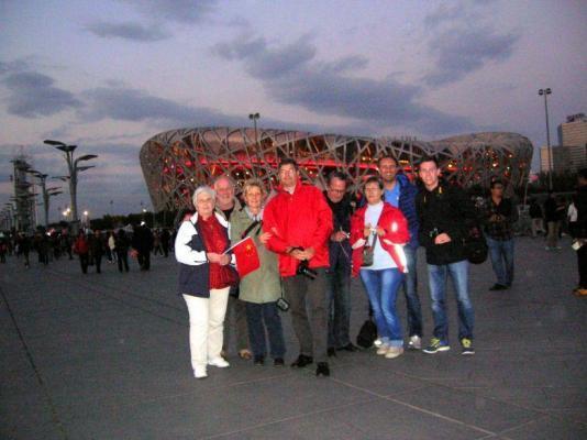 Kunden fotografieren: Reisegruppe vor dem Olympia-Gelände