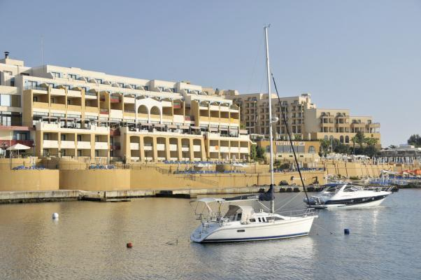 Blick auf das Hotel Marina Corinthia