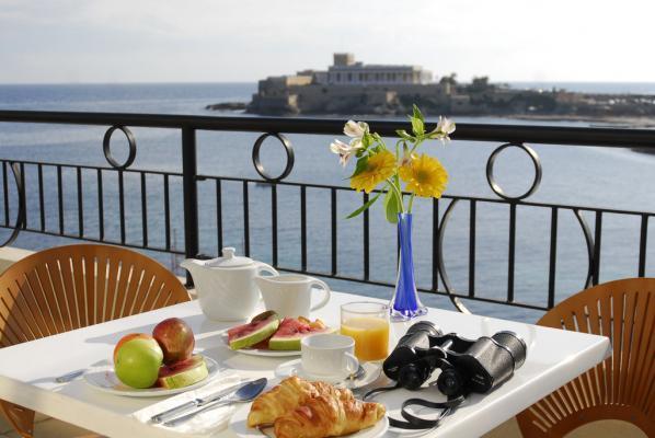 Frühstück auf der Terrasse im Hotel Marina Corinthia