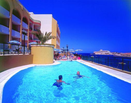 Außenpool im Hotel Marina Corinthia