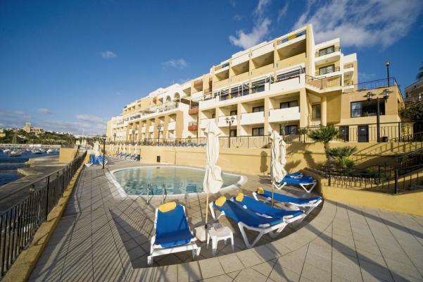 Pool im Hotel Marina Corinthia