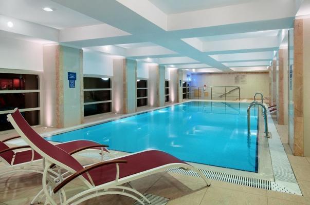 Pool im Hotel Hilton Leningradskaya