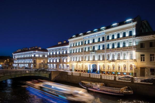 Kempinski Hotel Moika 22 Fassade bei Nacht
