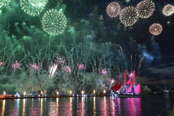 """Feuerwerk zur Feier der """"Roten Segel"""" in St. Petersburg"""