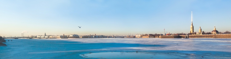 gefrorener Fluss an Silvester in St. Petersburg