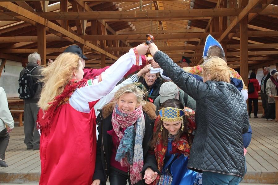 traditionellen Tänzen und Musik