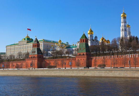 Sehenswürdigkeiten in Moskau: Kreml in Moskau am Ufer der Moskwa