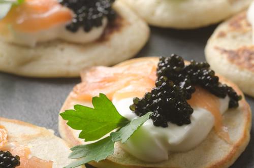 Blinis mit Kaviar, Lachs und saurer Sahne