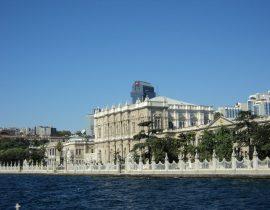 Der Dolmabahçe Palast vom Wasser aus; Istanbul