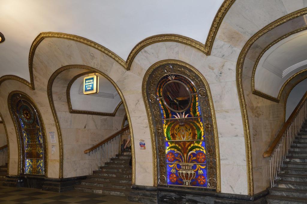 "Buntglasscheibe in der Station""Novoslobodskaya"""