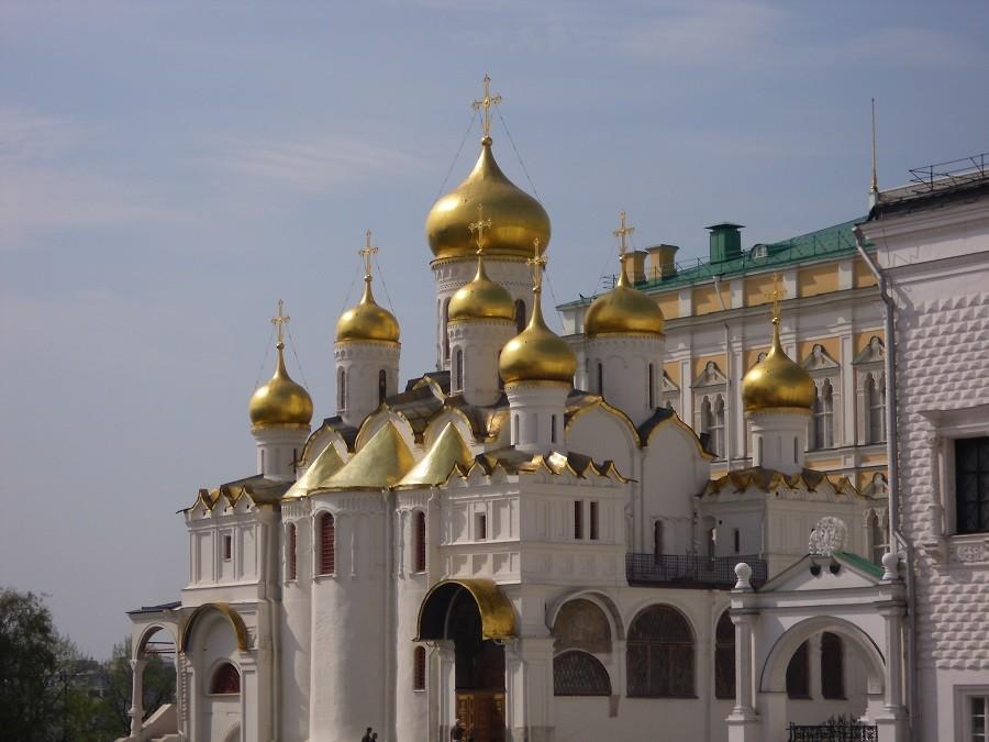 Mariä-Verkündigungs-Kathedrale mit neun vergoldeten Zwiebeltürmen im Moskauer Kreml