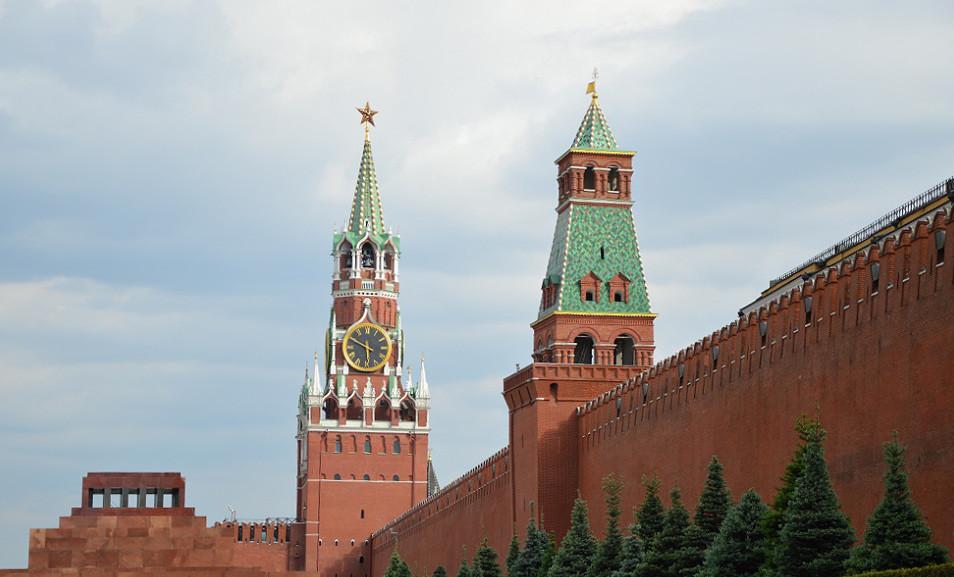 Die Kreml-Mauer mit dem Erlöserturm im Hintergrund
