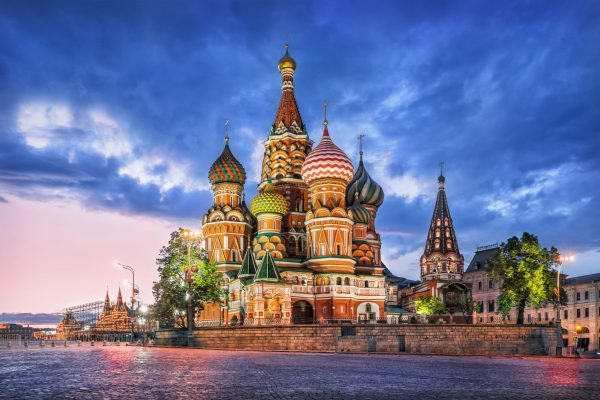 Orthodoxe Kirche mit bunten Zwiebelkuppeln