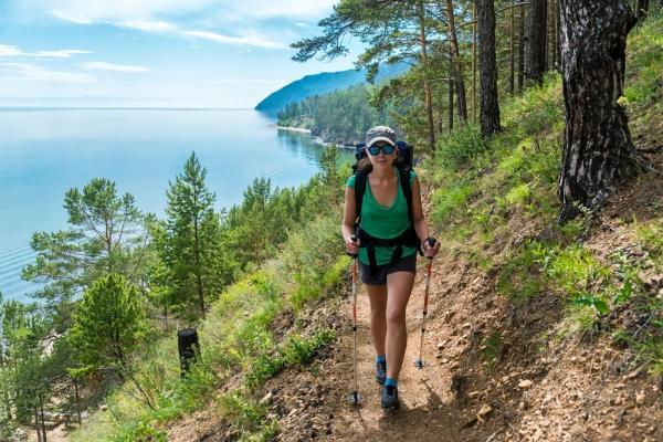 Frau wandert am See. Rundreise Russland