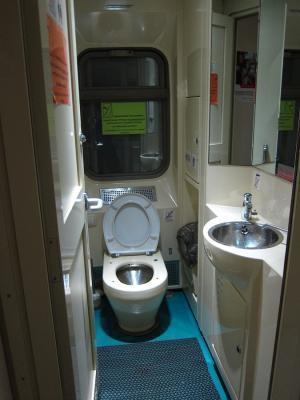 Transsibirische Eisenbahn, Komfort-Expresszug Rossiya - Toilette