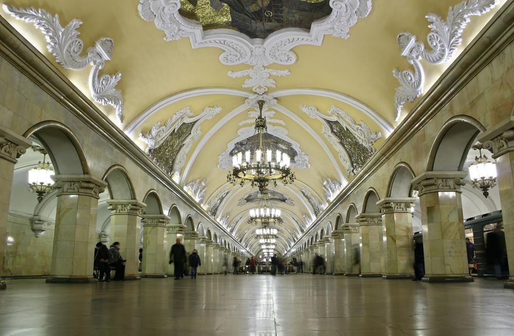 """Bahnsteig der""""Komsomolskaya"""" mit Stuckornamenten und Kronleuchtern"""