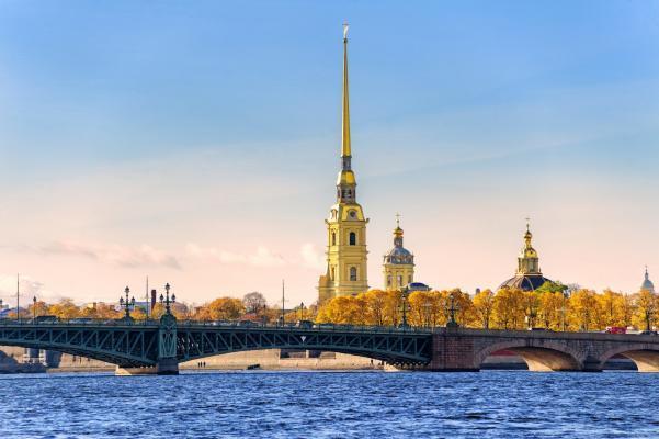 Fluss, Brücke und eine Kirche