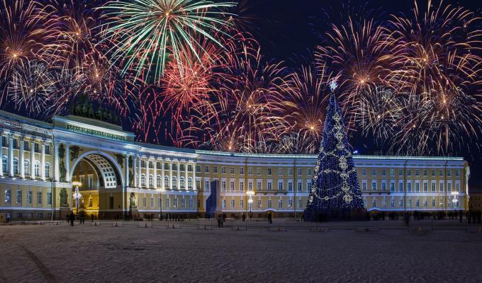 Silvesterreise St. Petersburg - Feuerwerk über dem Generalstabsgebäude