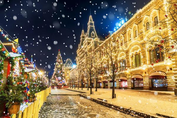 Weihnachtliche, schneebedeckte Straße, Silvesterreise nach Moskau