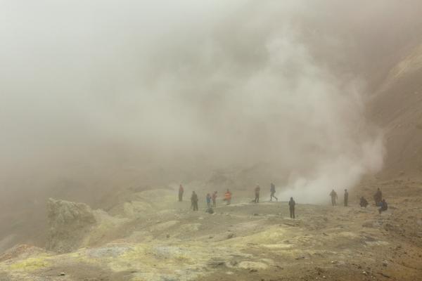 Vulkankrater mit Schwefelwolken