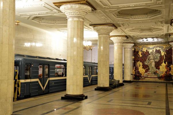 Metrostation mit Bahn, St. Petersburg